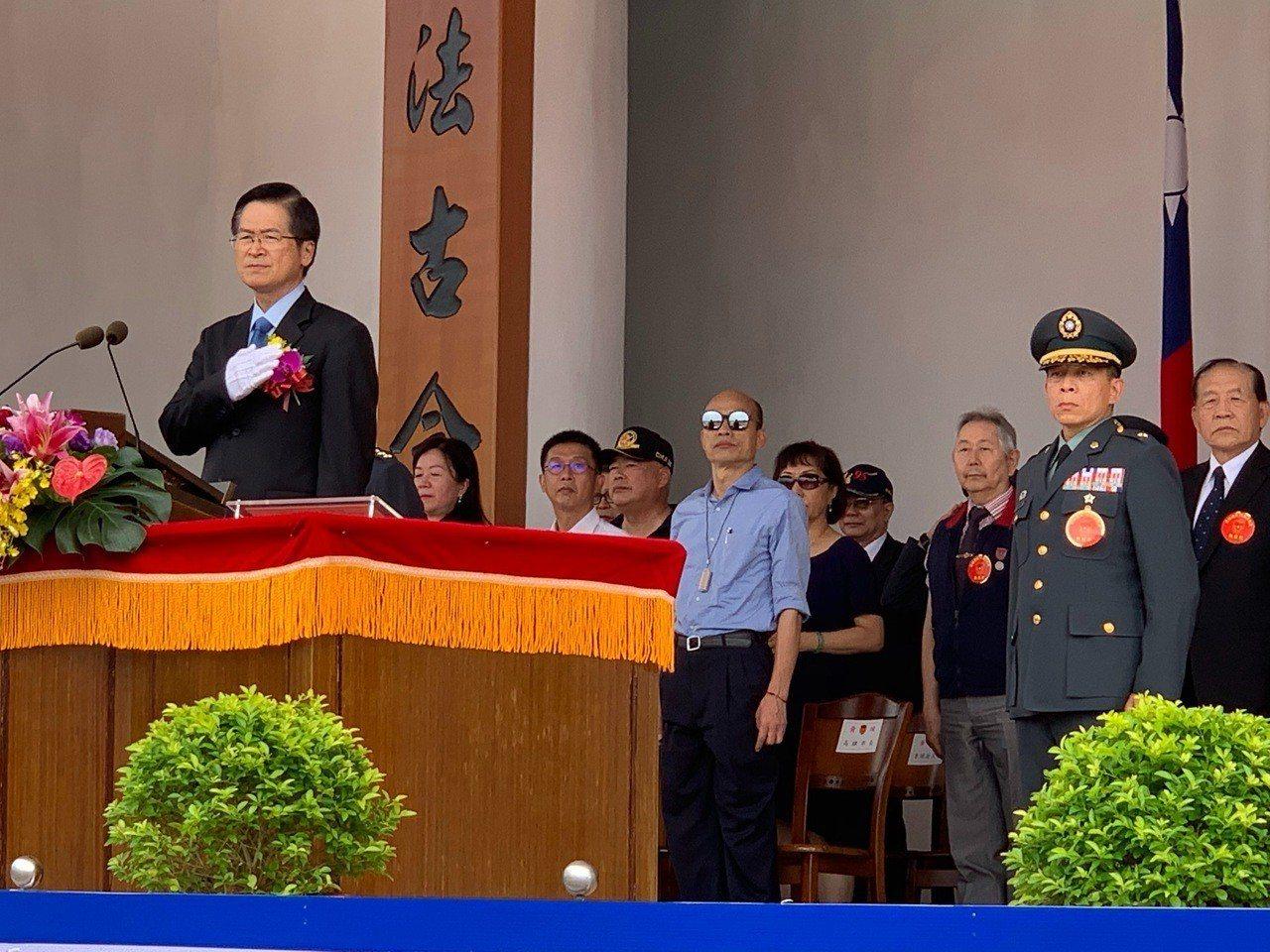 陸軍官校上午舉行95週年校慶典禮,由國防部長嚴德發主持,現場有盛大陸空分列式,具...