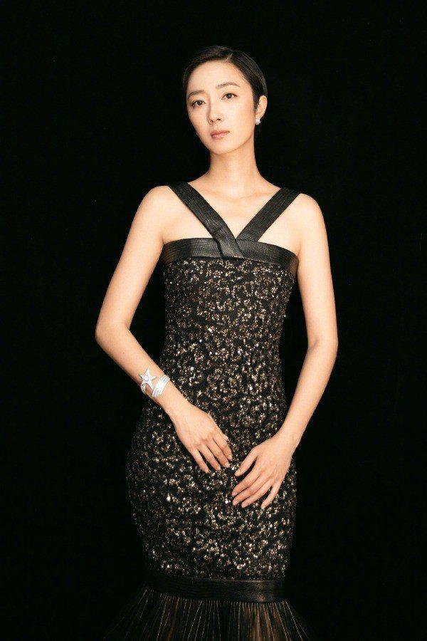 桂綸鎂穿著香奈兒2019 PARIS - NEW YORK工坊系列的黑色禮服。圖...