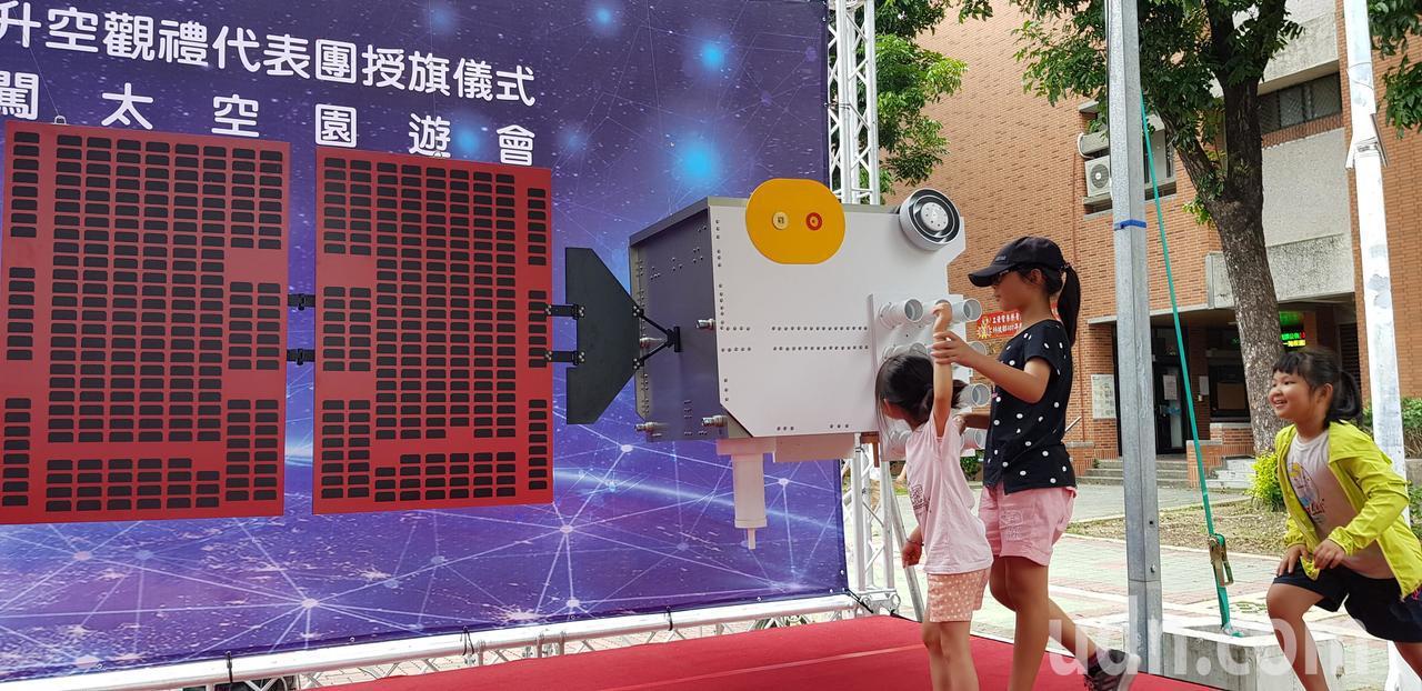 成大今天展示下周二即將升空的福衛7號衛星模型。記者修瑞瑩/攝影