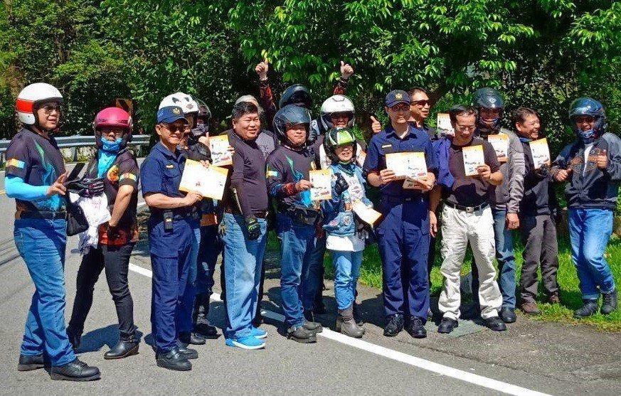 警方加強台21缐取締違規及交安宣導。圖/東勢分局提供