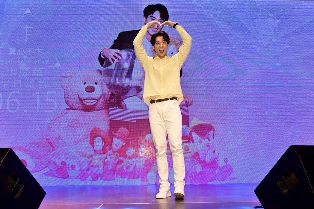 人氣男神卞慶華過27歲生日,粉絲提前為他慶生。圖/唱戲世界娛樂提供