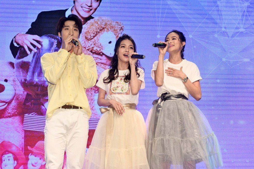 卞慶華慶生,師姐蜜雪薇琪也到場合唱歌曲「小酒窩」,現場氣氛溫馨甜蜜。圖/唱戲世界...