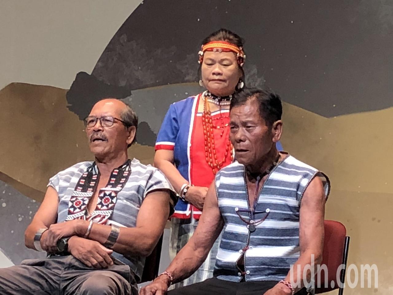 達悟族飛魚文化展演隊演唱〈釣鬼頭刀魚之歌〉,夏曼‧藍波安也是主唱之一。記者何定照...