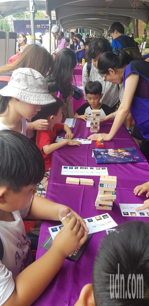 南瀛天文館上午在成大舉辦「勇闖太空園遊會」。記者修瑞瑩/攝影