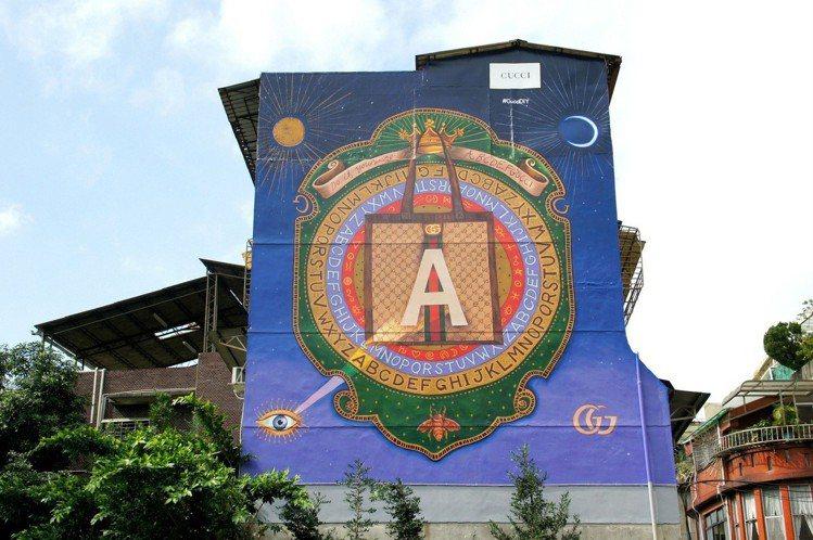 去年在台灣手繪藝術大師顏振發的巧手打造下,Gucci首度進駐台灣、選在台北永康街...