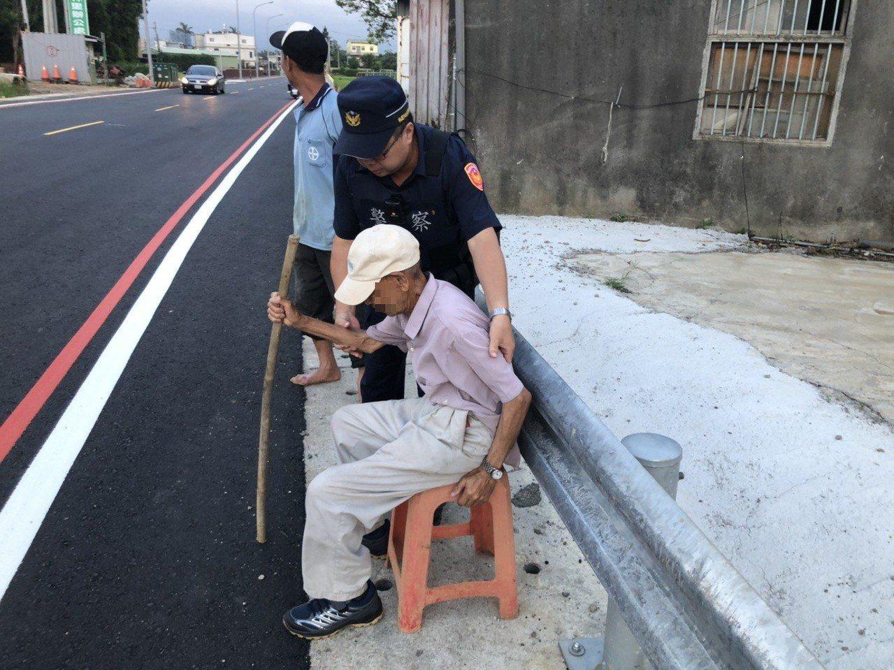 桃園市92歲鄧姓老翁外出散步,迷途離住家10公里遠路旁,警方獲報協助查明身分,送...