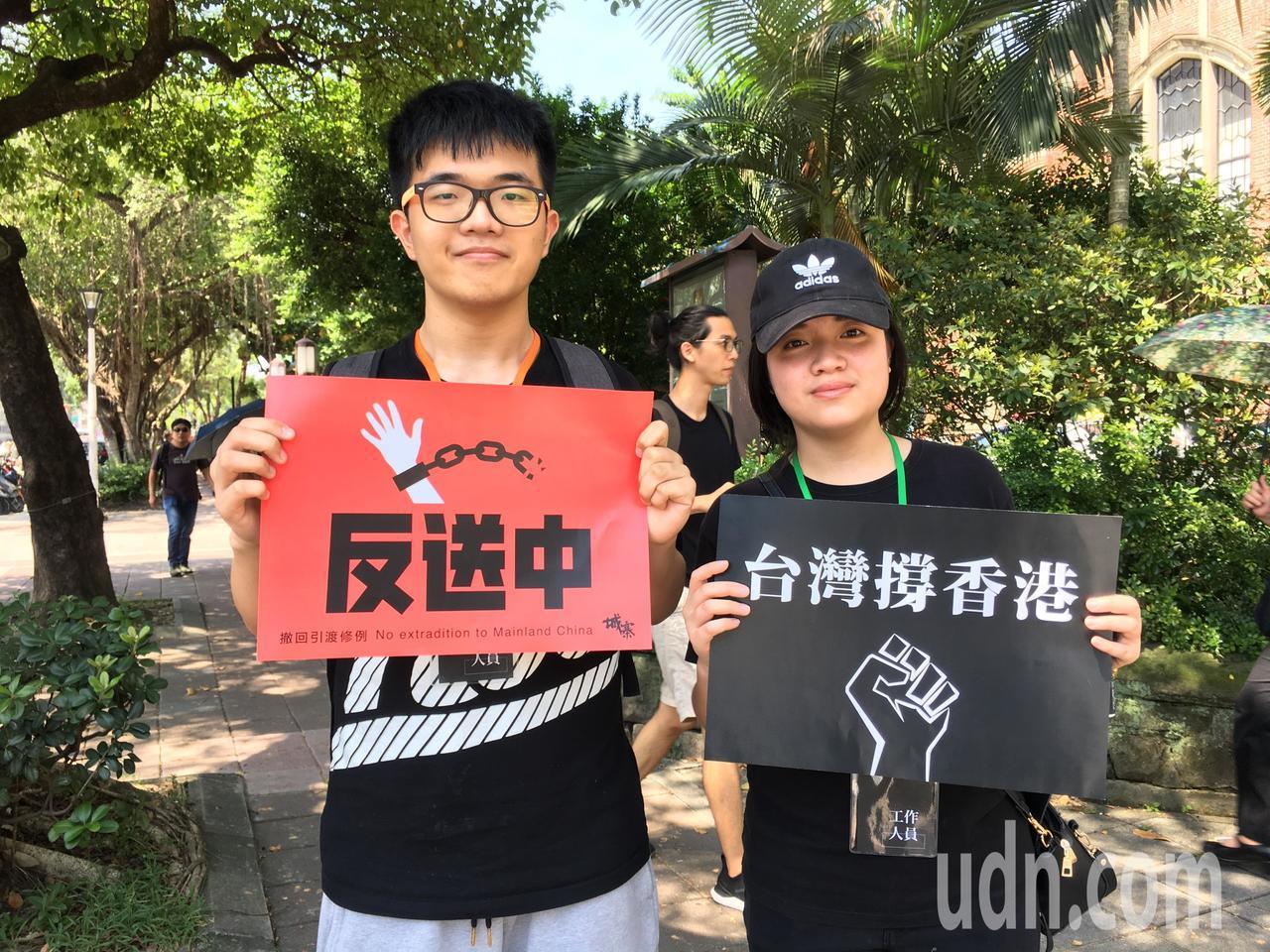 為聲援香港「反送中」行動,在台港生及挺港團體今天在立法院外集結倡議。記者李隆揆/...