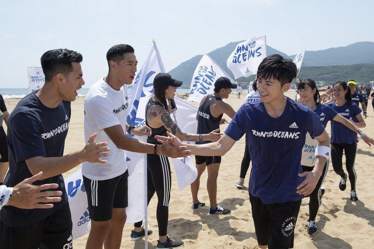 陳傑、楊俊瀚在終點迎接熱情完賽的跑者,與李國毅及所有為海洋環境奮戰的勇士們擊掌。...