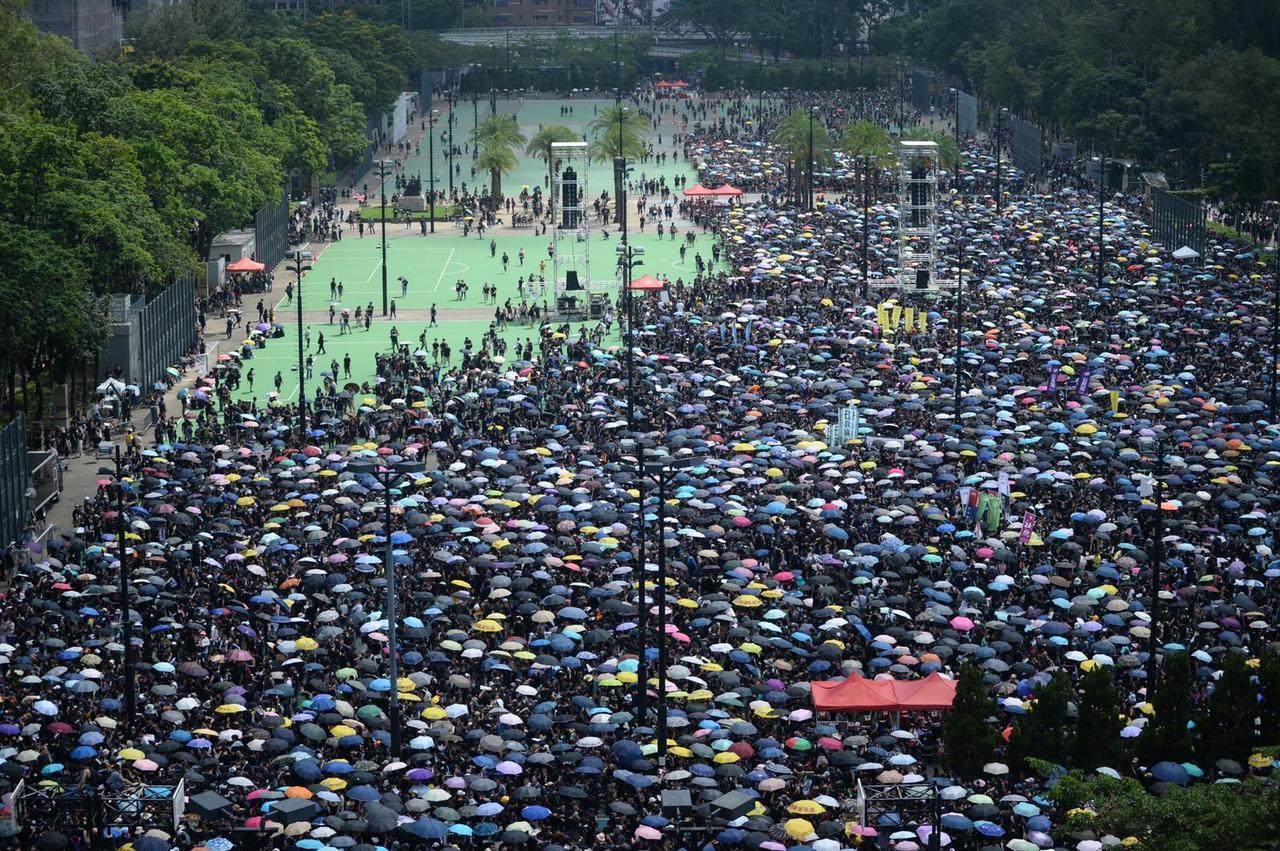 民陣呼籲巿民穿黑衣和戴上白絲帶遊行。取自星島網