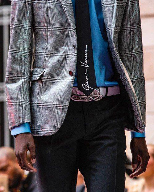 仔細看還能見到領帶上已逝品牌創辦人Gianni Versace的簽名刺繡,又是另...