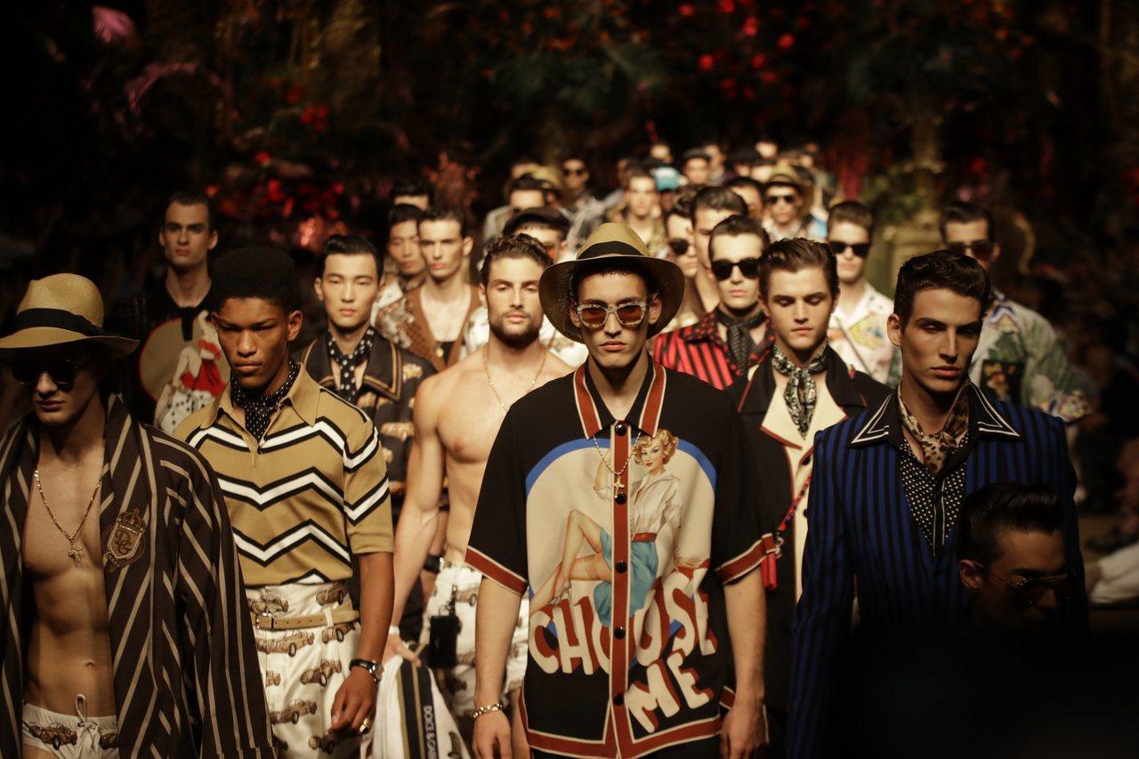 Dolce & Gabbana以卡其色的服飾搭配色彩繽紛的圖騰或是豹紋,復古塗鴉...