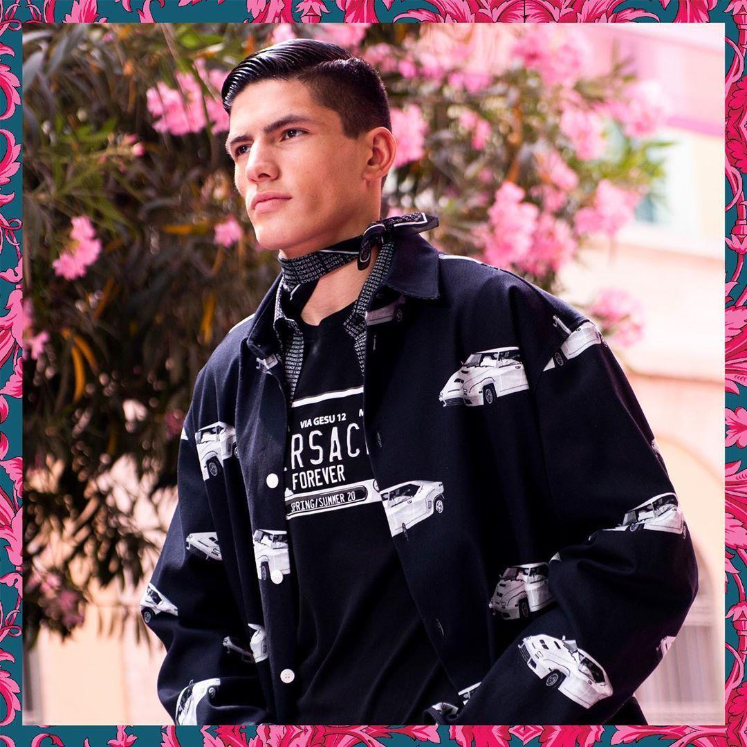 Versace 2020春夏男裝俏皮的花瓶和賽車印花,出自藝術家Andy Dix...