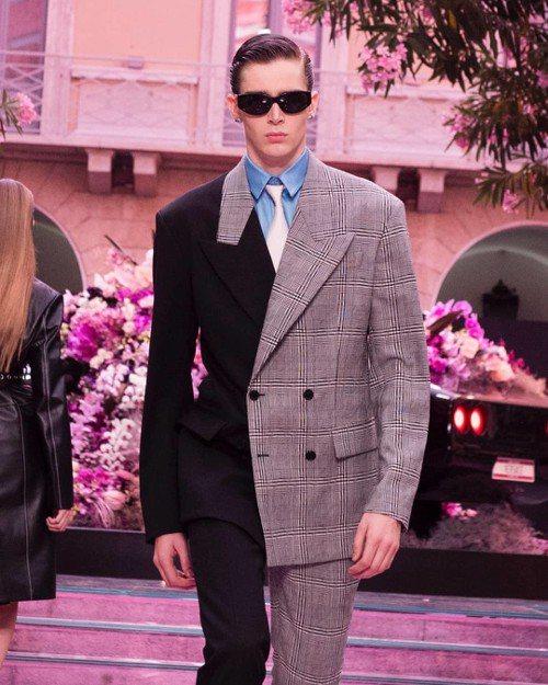 Versace 2020春夏男裝雙排釦西裝向品牌DNA致敬,一半採用黑色面料,一...