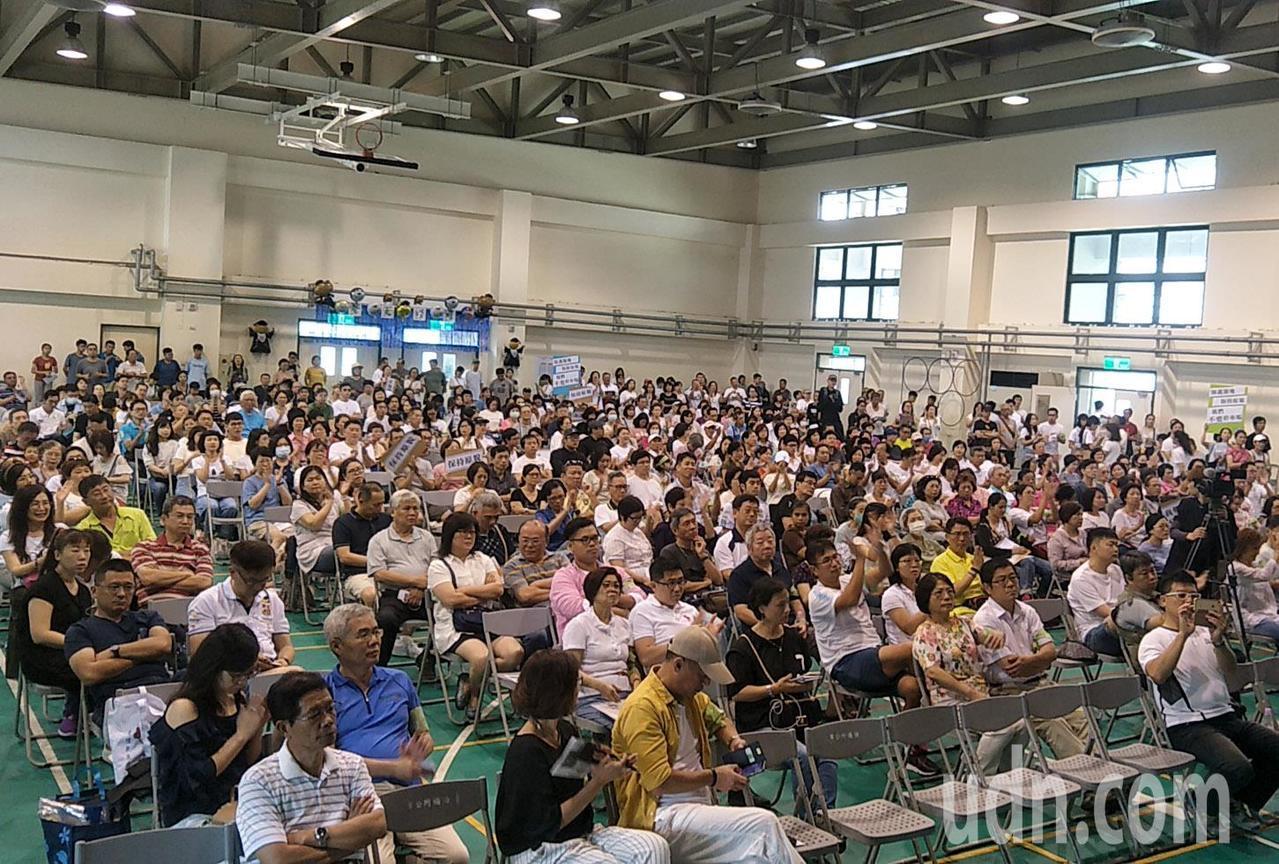 桃園市府計畫在桃園中正公園興建地下停車場,引起附近10幾個社區大批居民反對抗議,...