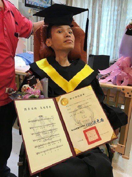 「生命學習鬥士」陳祐生用了6年努力完成大學學位,在病房獲頒畢業證書。圖/稻江科技...