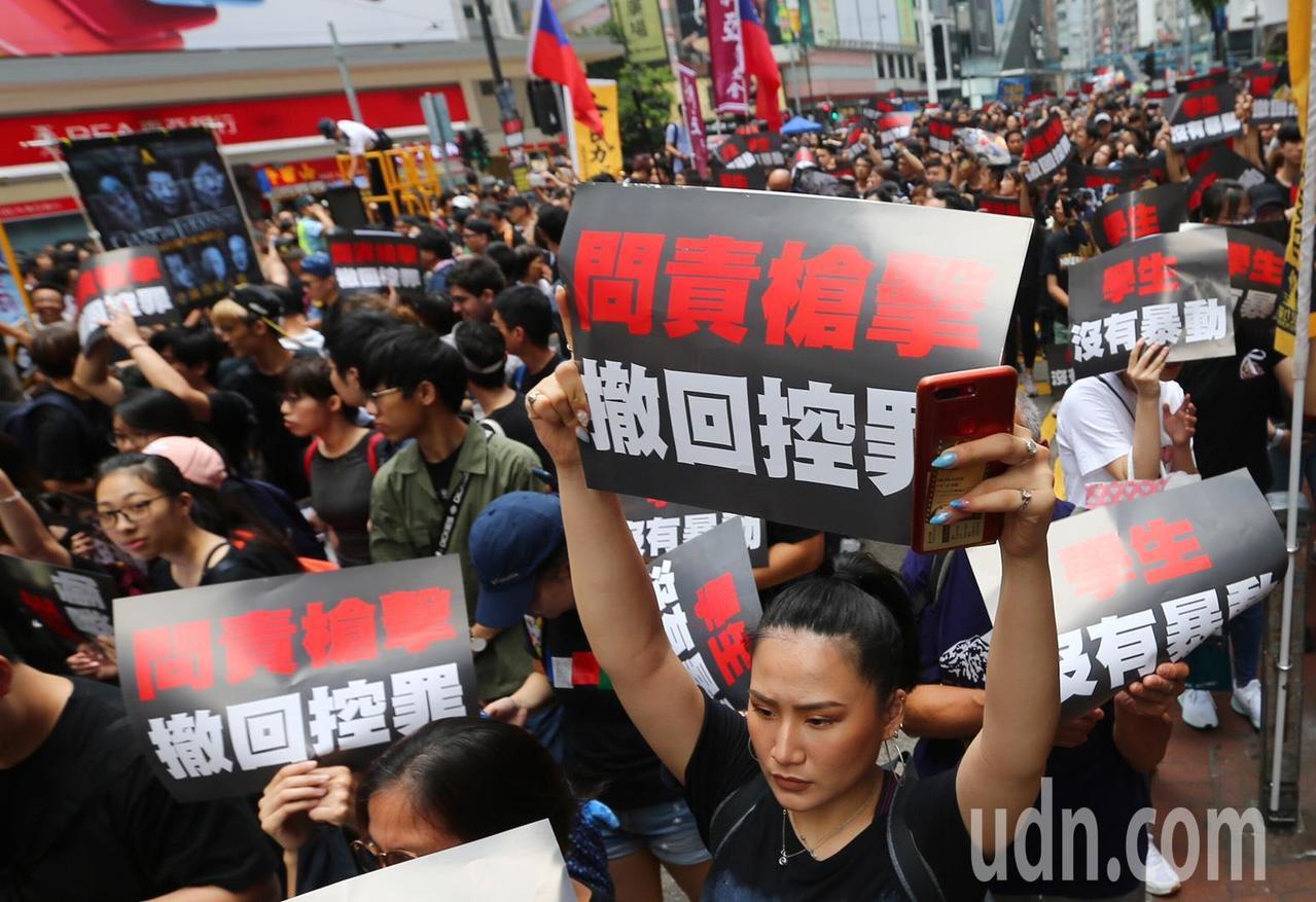 香港特首林鄭月娥昨天宣布暫緩逃犯條例修訂,但今天下午的遊行將照常舉行,目前參加遊...