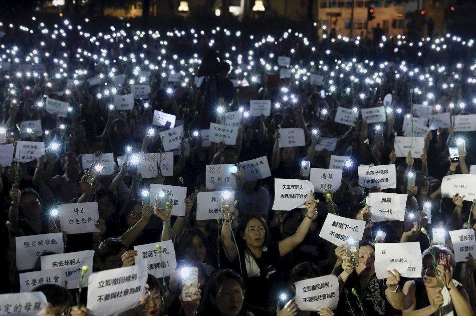 6千名香港母親14日晚在中環遮打花園舉行「香港媽媽反送中集氣大會」。 美聯社