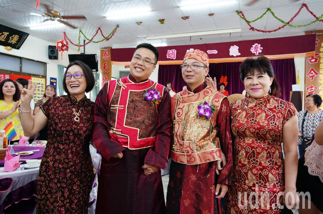 新人陳宗廷(右二起)、李耿弘獲家人支持,備受祝福。記者林伯驊/攝影