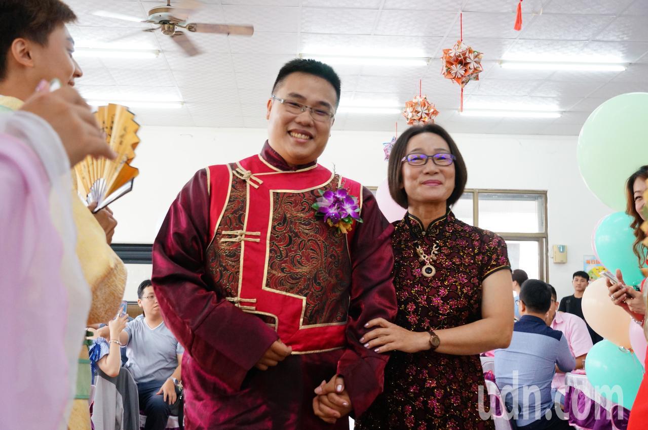 李耿弘(左)和母親進場。記者林伯驊/攝影