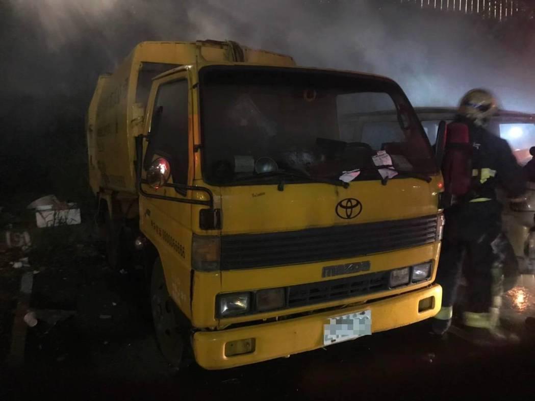 現場包含一輛垃圾車在內,共4輛車遭到火災波及。記者柯毓庭/翻攝