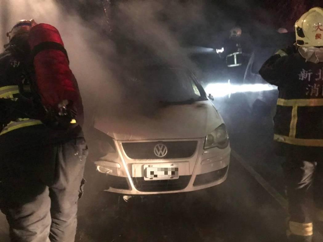 李男供稱他因心情不好在車上烤肉,卻不慎引發火警。記者柯毓庭/翻攝