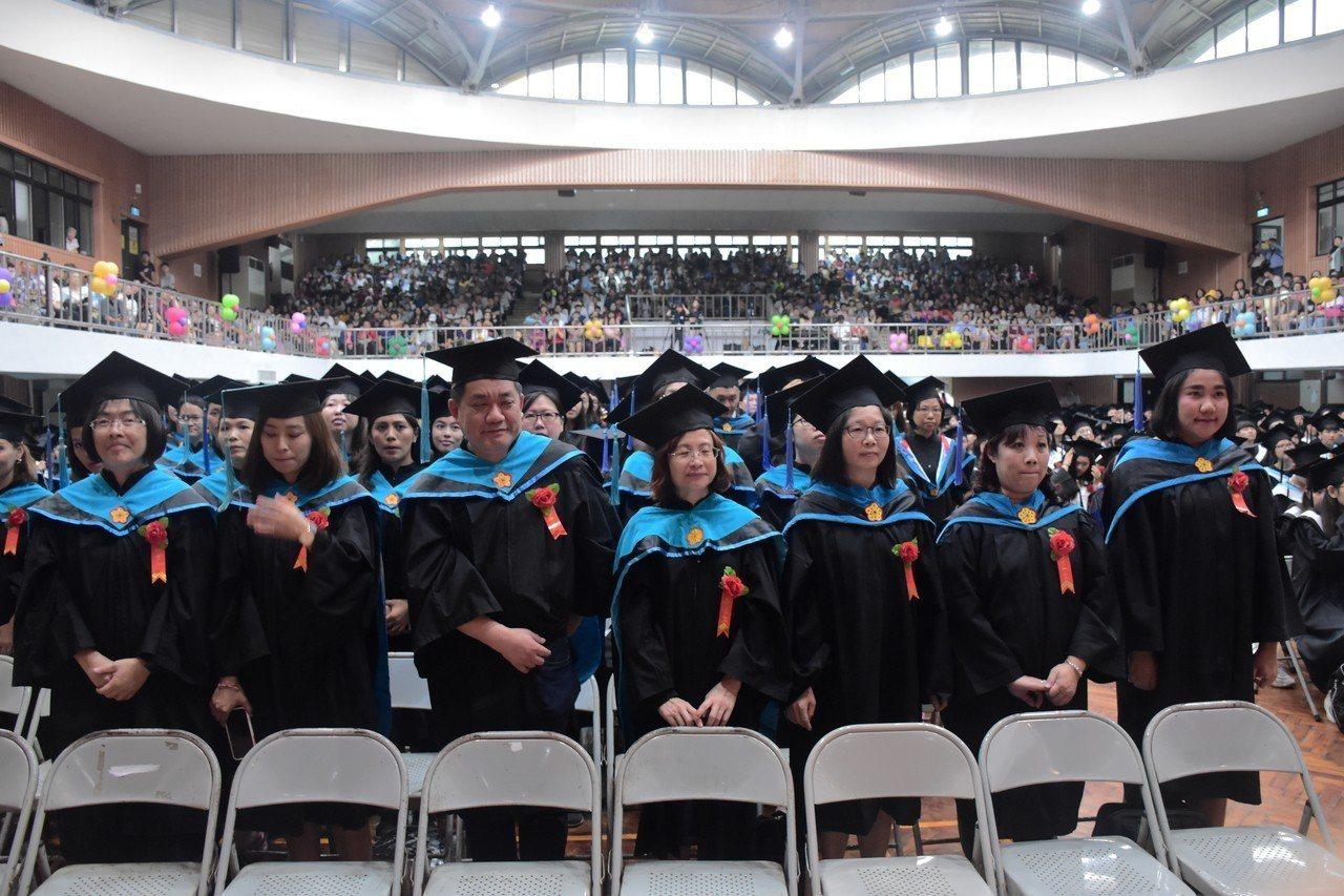 國立屏東大學今天舉行畢業典禮,今年共有1802位畢業生。圖/屏東大學提供