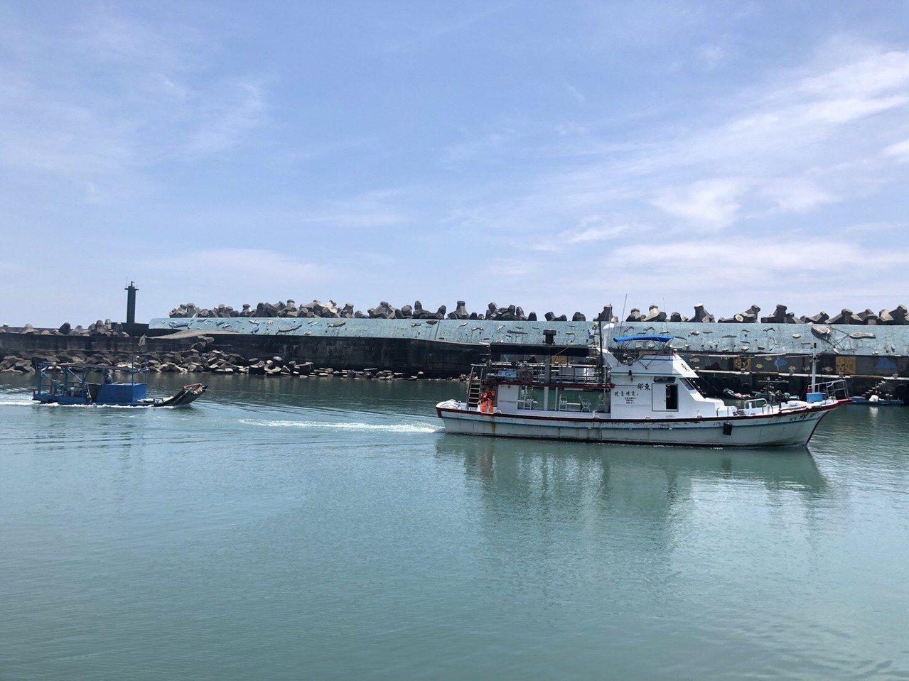 海巡署東部分署協調賞鯨船將膠筏拖回石梯漁港。圖/海巡署東部分屬第一二岸巡隊提供