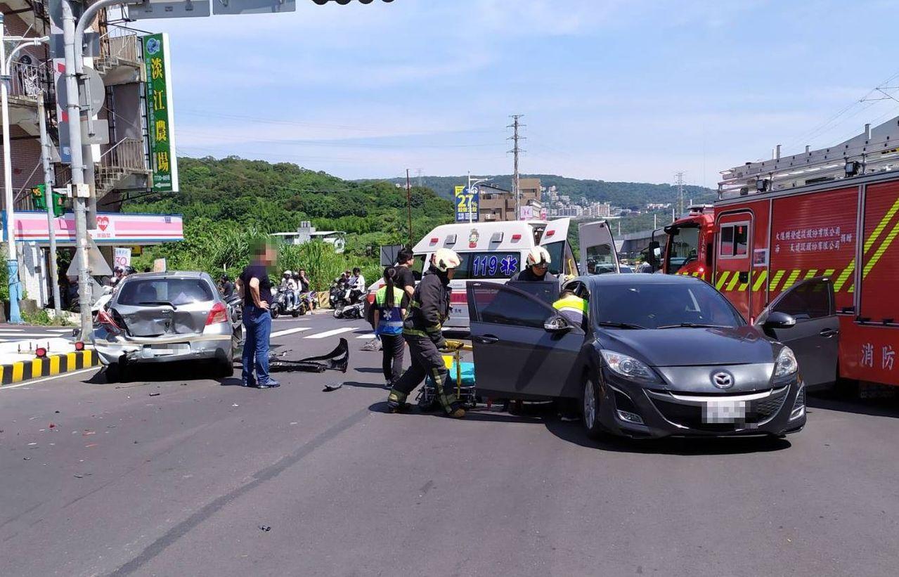 淡水區淡金路一段發生4輛汽車與1輛機車擦撞車禍,造成8人受傷皆為女性,分別被救護...
