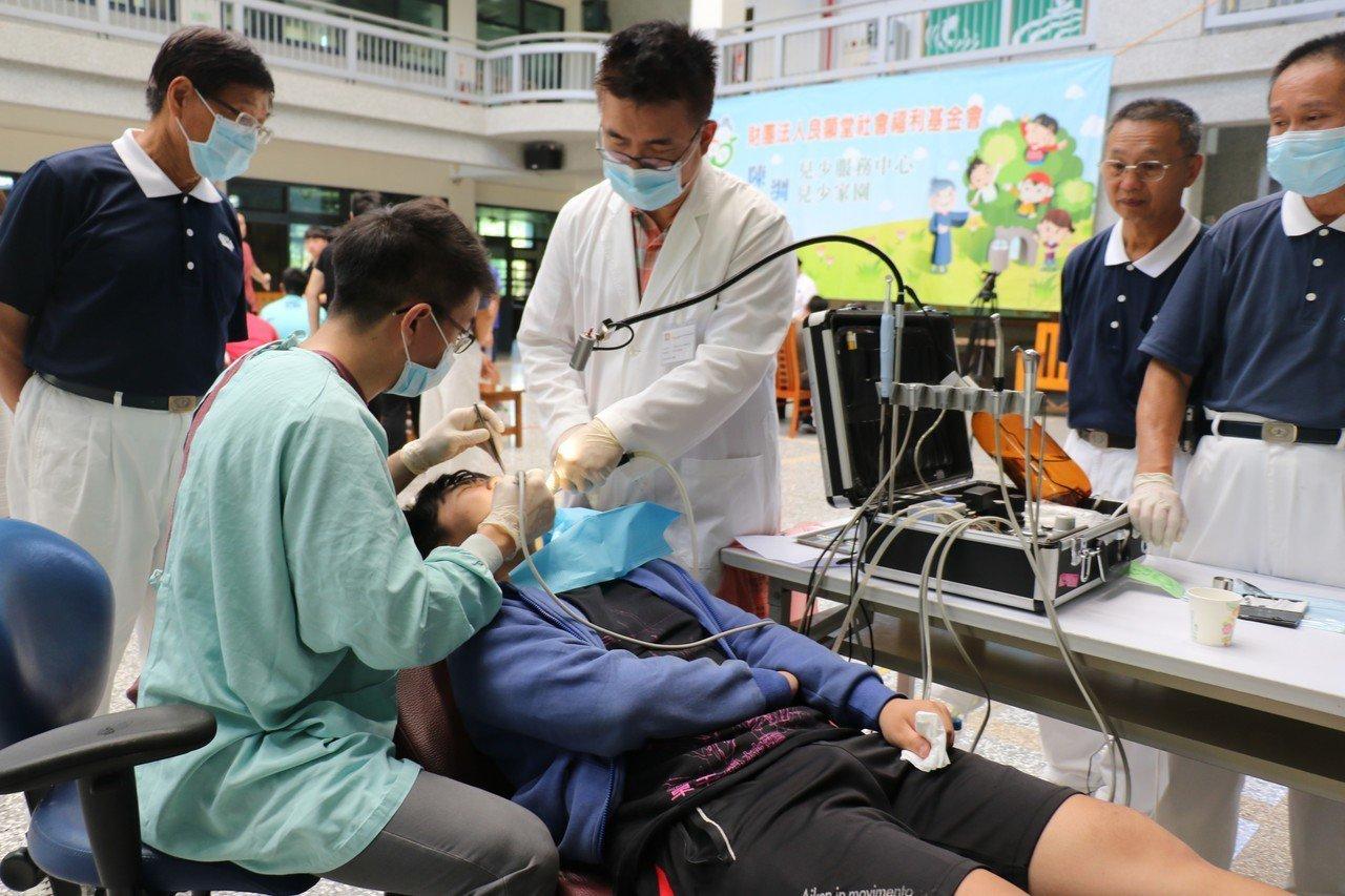 慈濟中區人醫會到南投義診,幫兒童診視。圖/慈濟醫院提供