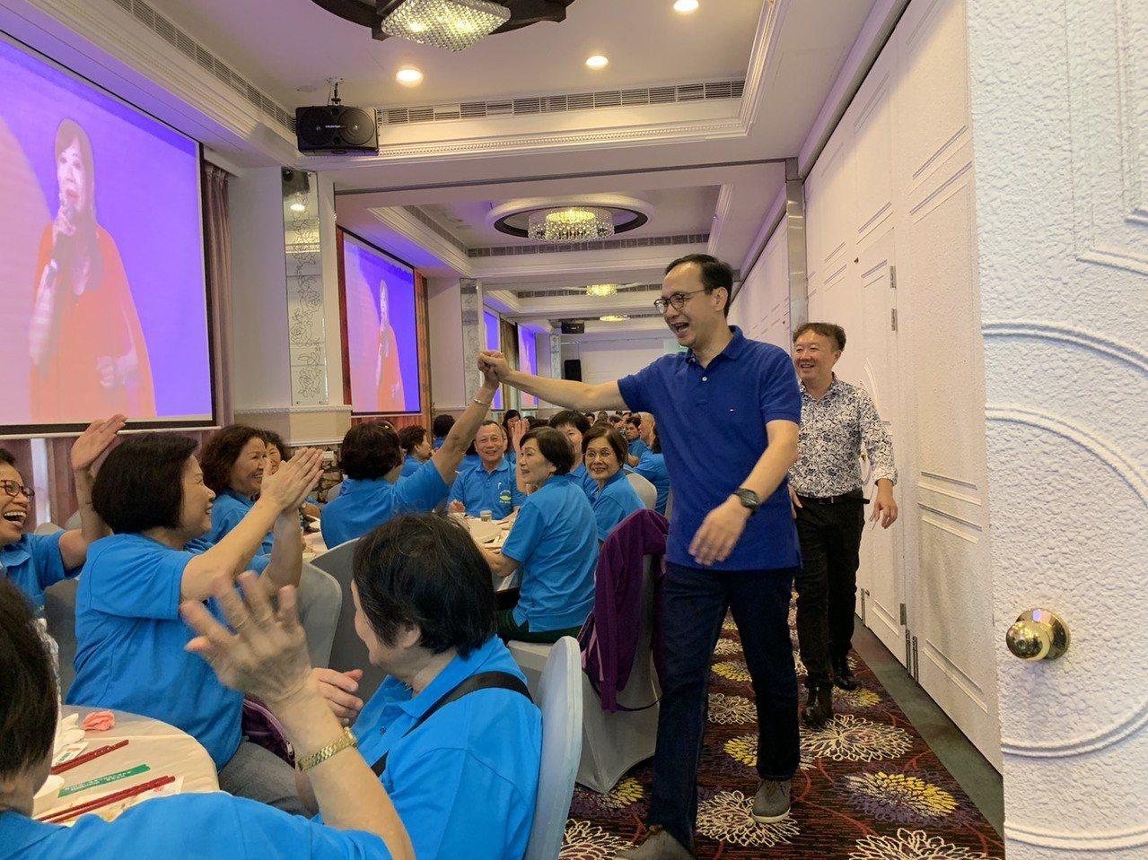 朱立倫出席宜蘭同鄉會會員大會,抵達會場受到婆婆媽媽的歡迎。記者張曼蘋/攝影