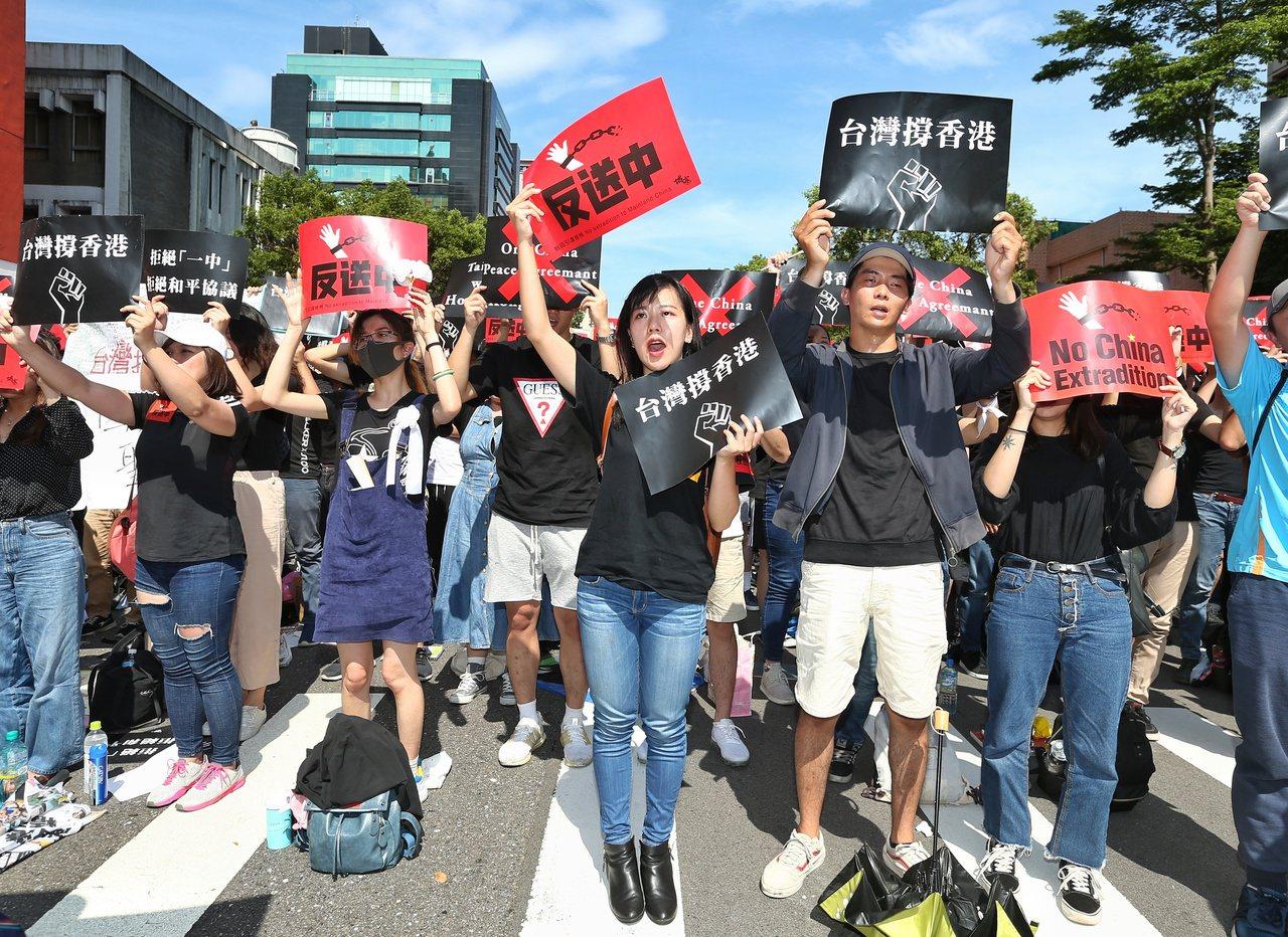 反香港送中條例,今天約五千人於立法院前集合,聲援香港市民反對修法,高舉標語表達訴...