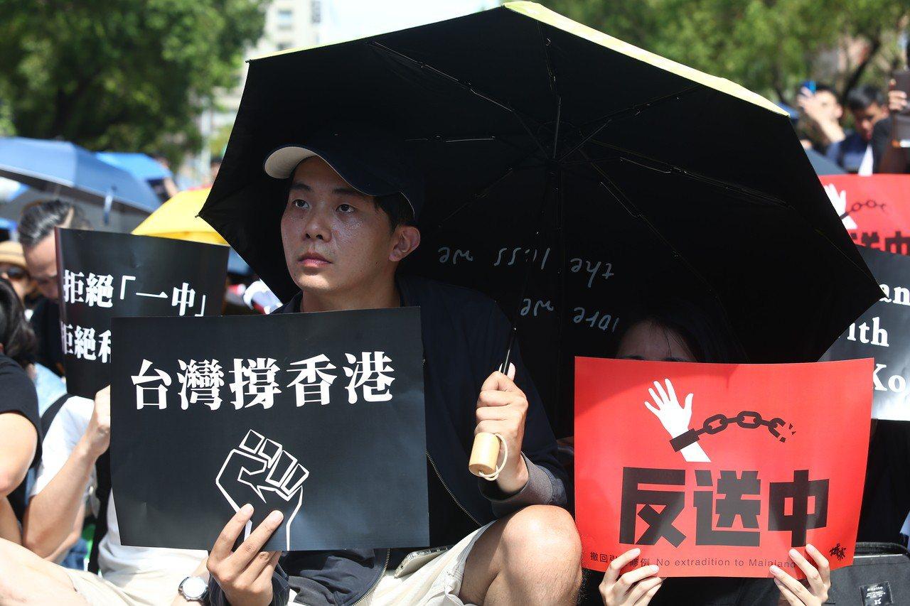 反香港送中條例,今天約五千人頂烈陽於立法院前集合,聲援香港市民反對修法。記者曾原...