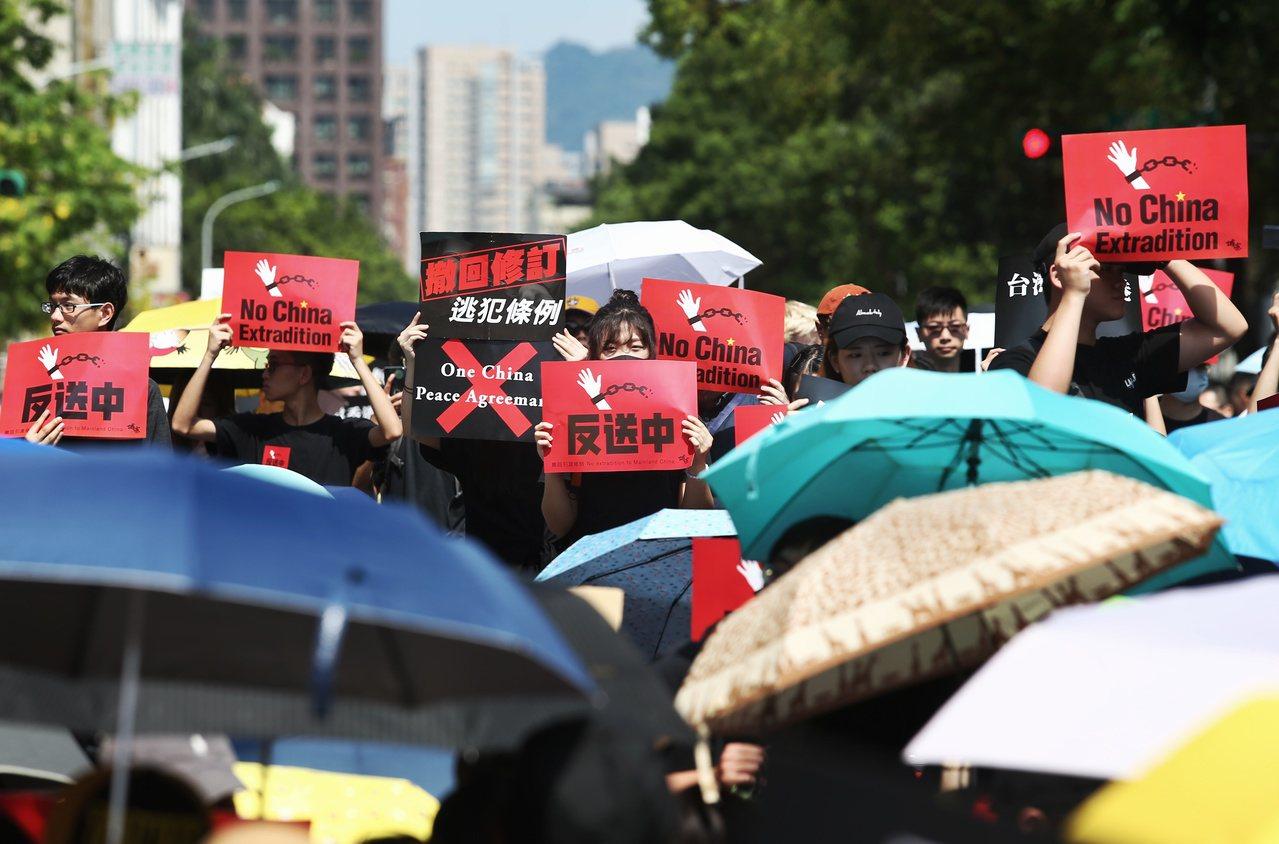 反香港送中條例,今天約五千人於立法院前集合,聲援香港市民反對修法,高舉反送中標語...