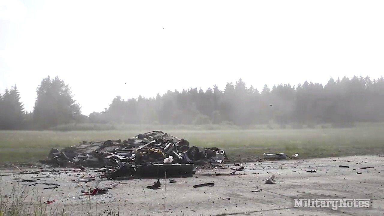 「豹」-2A4型主戰坦克衝撞BMW小轎車,小轎車瞬間解體,剩下面目全非的底盤留在...