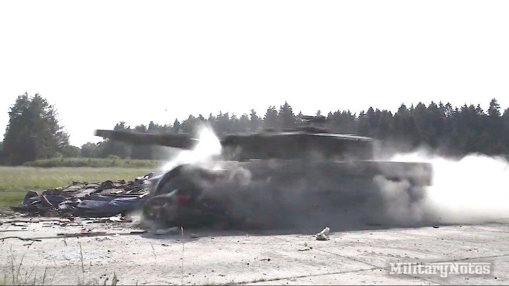 13.6萬噸的坦克,以時速45英里撞上BMW小轎車,小轎車瞬間解體破碎。圖片擷取...