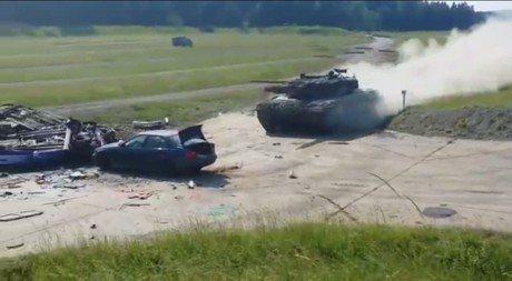 影/ 在坦克面前都是鋁罐車! BMW瞬間消失...只剩底盤