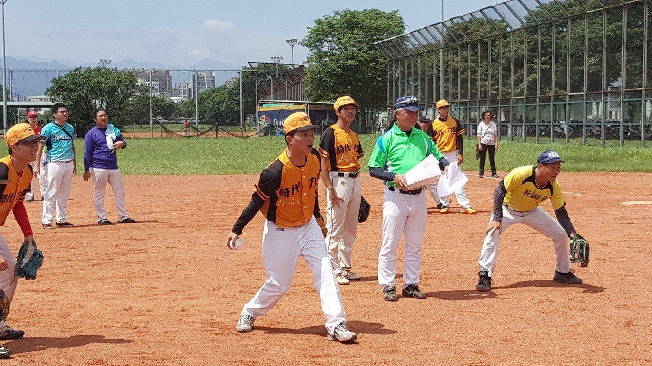 黃國昌今天為時代力量第三屆新北盃慢速壘球錦標賽開球。圖/時代力量新北黨部提供