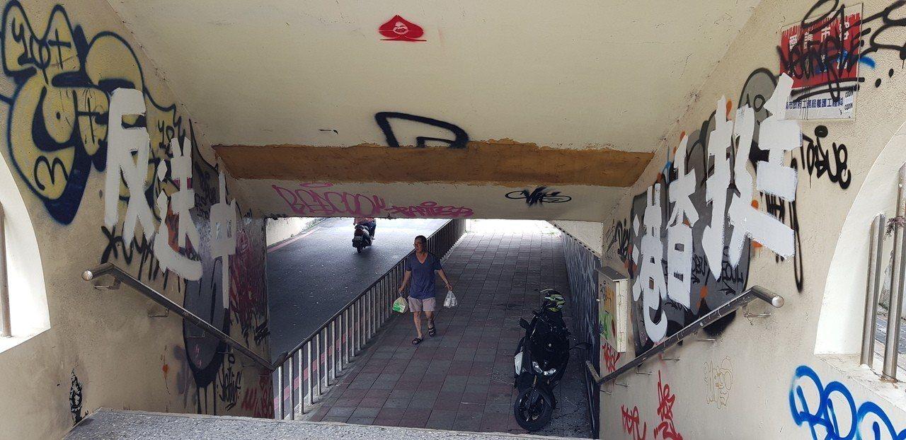 台南四維地下道有挺反送中的塗鴨。記者修瑞瑩/攝影