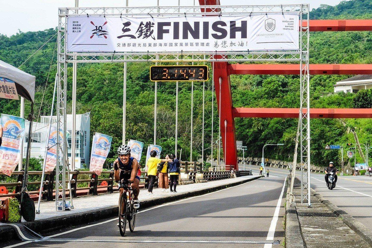 「秀姑巒溪國際泛舟鐵人三項競賽」男子組最終由台灣好手吳明杰奪冠。圖/東管處提供