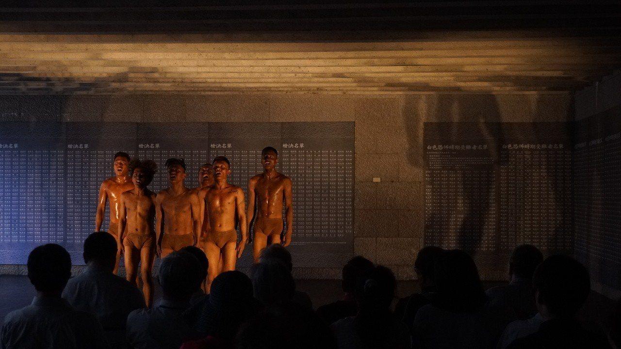 布拉瑞揚舞團在今年「綠島人權藝術季」開幕典禮演出作品「無,或就以沈醉為名」。圖/...