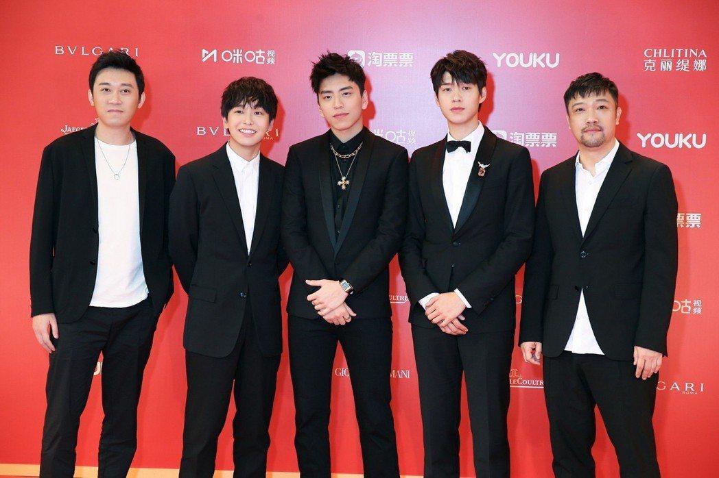 導演田羽生(左起)、彭昱暢、王大陸、魏大勛、賈冰出席上海電影節紅毯。圖/當樂娛樂
