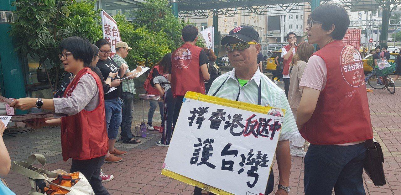 基進黨發起在台南火車站前進行反送中相關連署,反應熱烈。記者修瑞瑩/攝影
