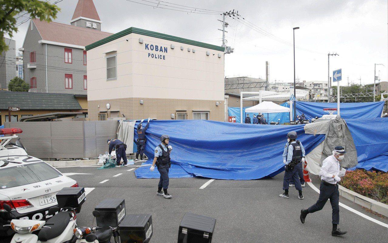 日本大阪府吹田市16日發生警員遇襲佩槍遭搶事件,警方在案發現場進行調查。路透