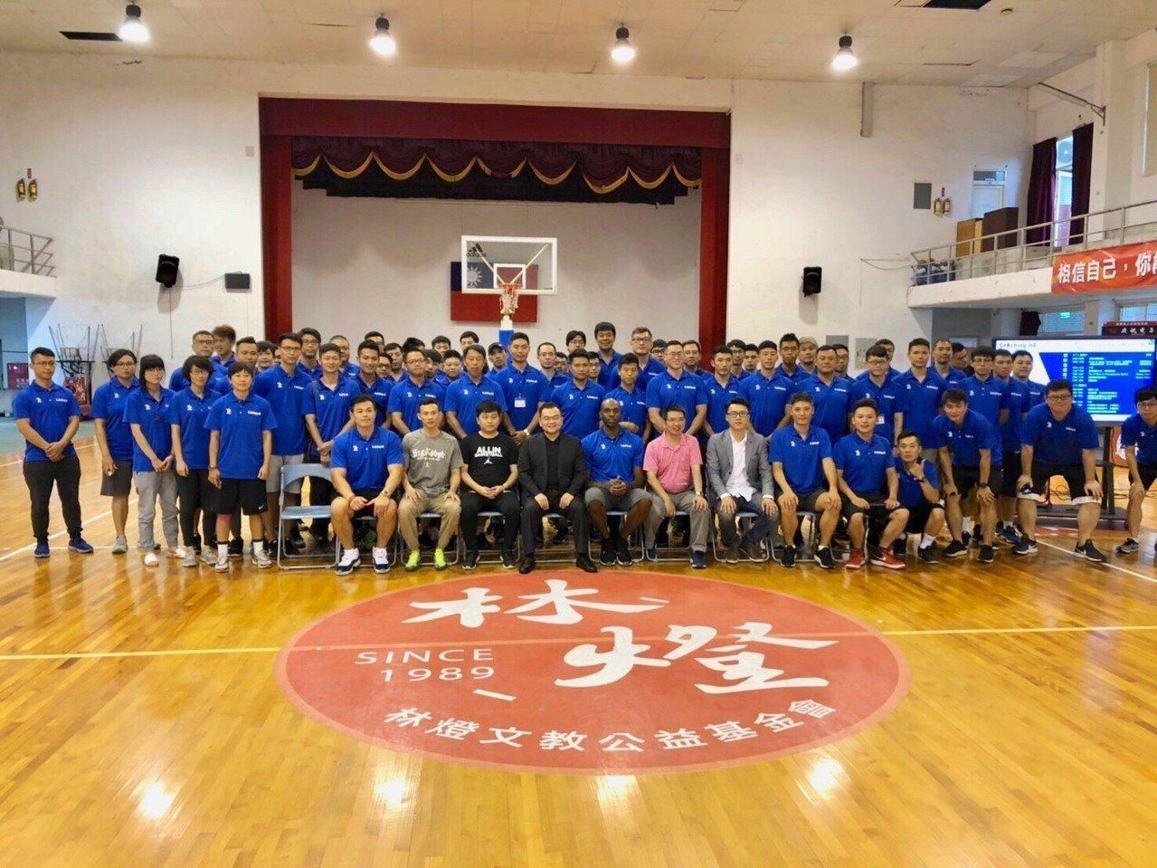 國內外百位籃球教練齊聚宜蘭交流,邀請新台灣人戴維斯到場分享經驗。圖/熊兄弟體能運...