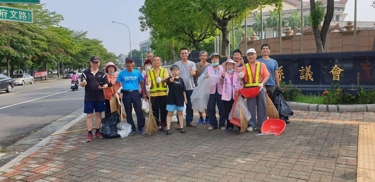 一群韓粉組成的韓家青年軍,在造勢活動後主動幫忙清潔環境。圖/青年軍提供