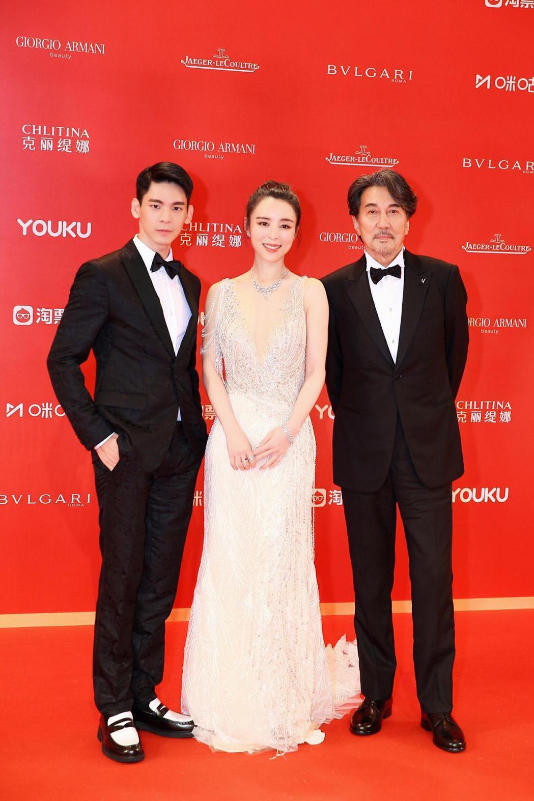 左起林柏宏、張靜初、役所廣司參加電影「冰峰暴」發佈會。圖/周子娛樂提供
