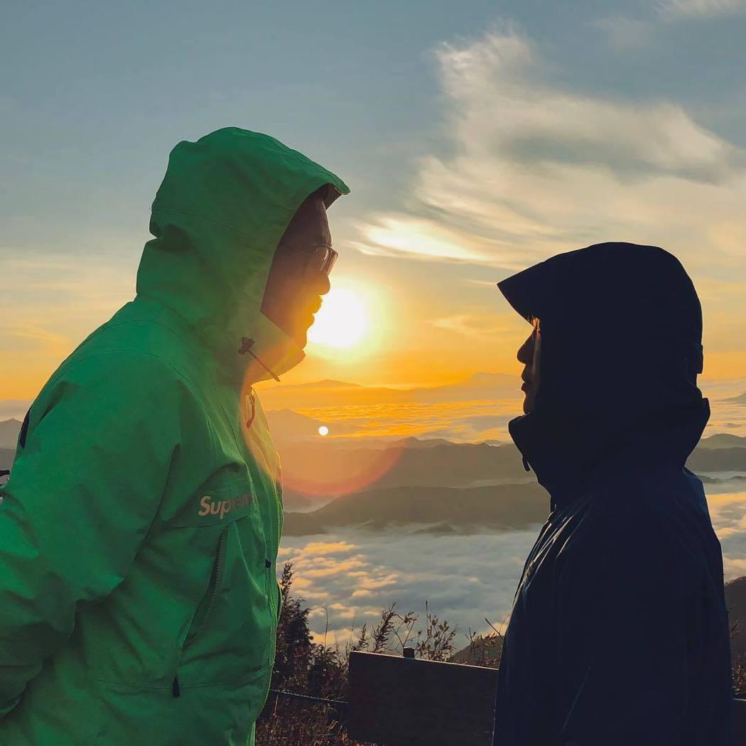 徐佳瑩(右)和比爾賈相互凝視,宣布結婚喜訊。圖/摘自IG