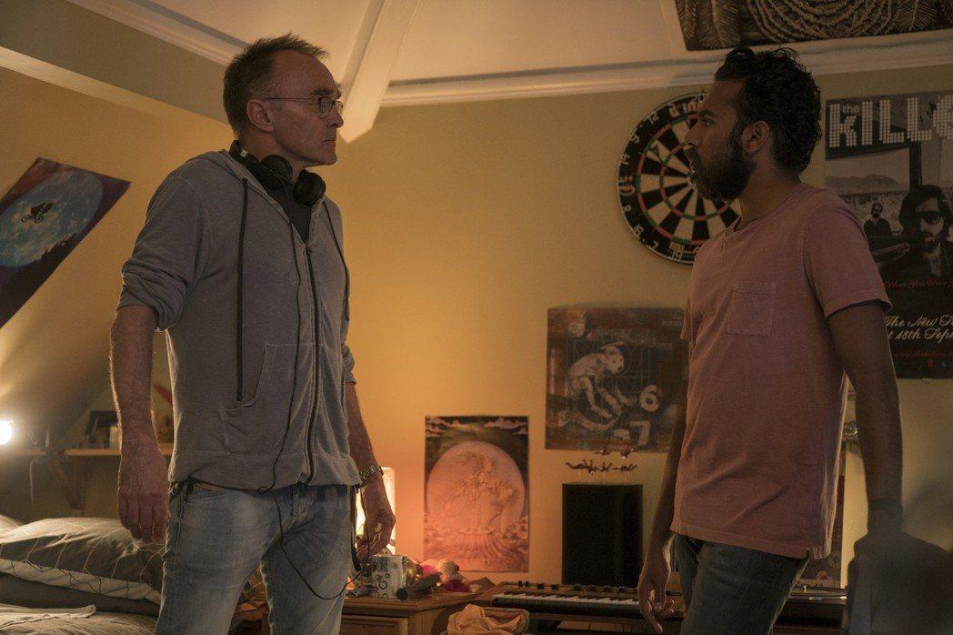 導演丹尼鮑伊(左)讚希姆許帕托(右)能自彈自唱又能演,試鏡演出披頭四的歌十分如實...
