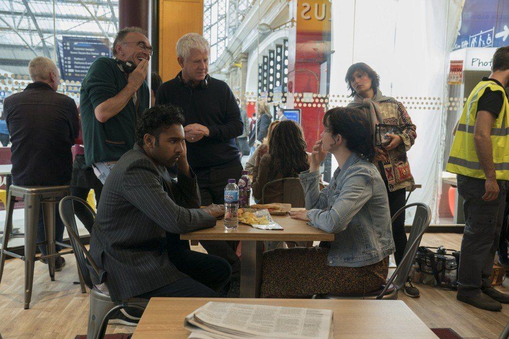 導演丹尼鮑伊(上左)和編劇李察寇蒂斯(上右)與男女主角希姆許帕托(下左)和莉莉詹
