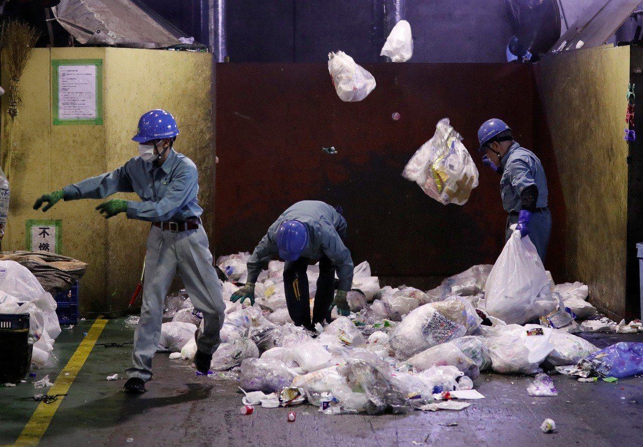 日本塑膠袋占每年塑膠垃圾總量2%,或20萬噸。路透